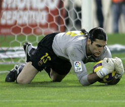 Barcelona backup goalie Pinto prolongs stay