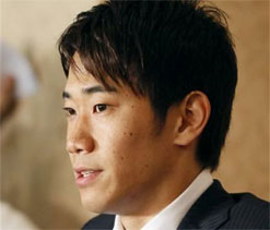 Japanese midfielder Kagawa completes move to United