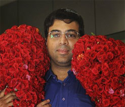 Jaya hands over Rs 2 crore to Viswanathan Anand
