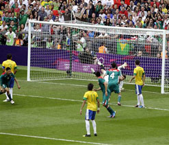 London Olympics football: Peralta drives Mexico to beat Brazil for gold