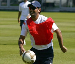 `Criticising Dhoni is like questioning Sachin`s ability`