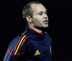 Andres Iniesta extends Barcelona contract to 2018