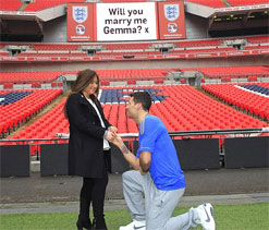 Boxer surprises girlfriend with Wembley marriage proposal