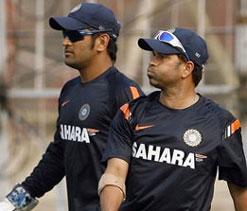 Dhoni, Tendulkar arrive here for 3rd Test against Australia