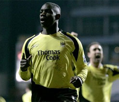 Micah Richards wants to stay at Manchester City