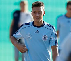 Ozil says he can inspire Arsenal to Premier League title