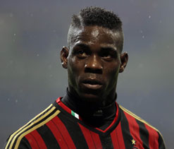 Balotelli fined for gesture at Cagliari fans
