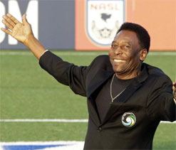 Pele returns to Cosmos for degree and ceremony